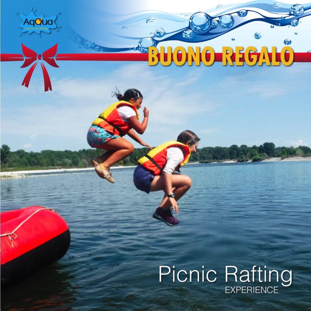 buono regalo per natale per il picnic rafting con bambini che si tuffano dal gommone in acqua